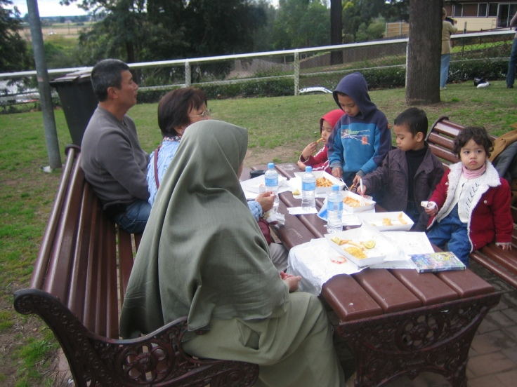 Dari kiri; Dr Jim Chew (Cina Malaysia menetap di Sydney), Chan Op Saw (Warga Laos kahwin dengan mat saleh Australia), penulis dan anak-anak