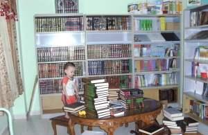 Si Kecil ini pun mahu menolong mamanya.  Buku-buku Melayu sudah ada rak baru di tingkat atas rumah.  Kitab Arab ini sahaja yang masih belum berkemas.