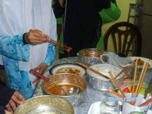 Mug di sebelah kanan itu saya isi dengan chopstick sahaja.