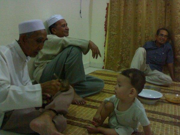 Wan bermain dengan anak bongsu saya, Aqil pada Syawal 1429H.  Saya buat jamuan naik rumah baru.  Sempat juga Wan ke rumah saya sebelum jatuh sakit.  Alhamdulillah.