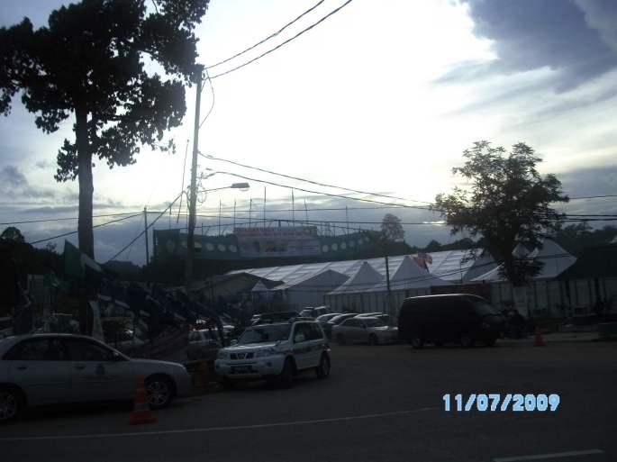 Markas polis terbesar di Manik Urai terletak di simpang masuk ke Laloh