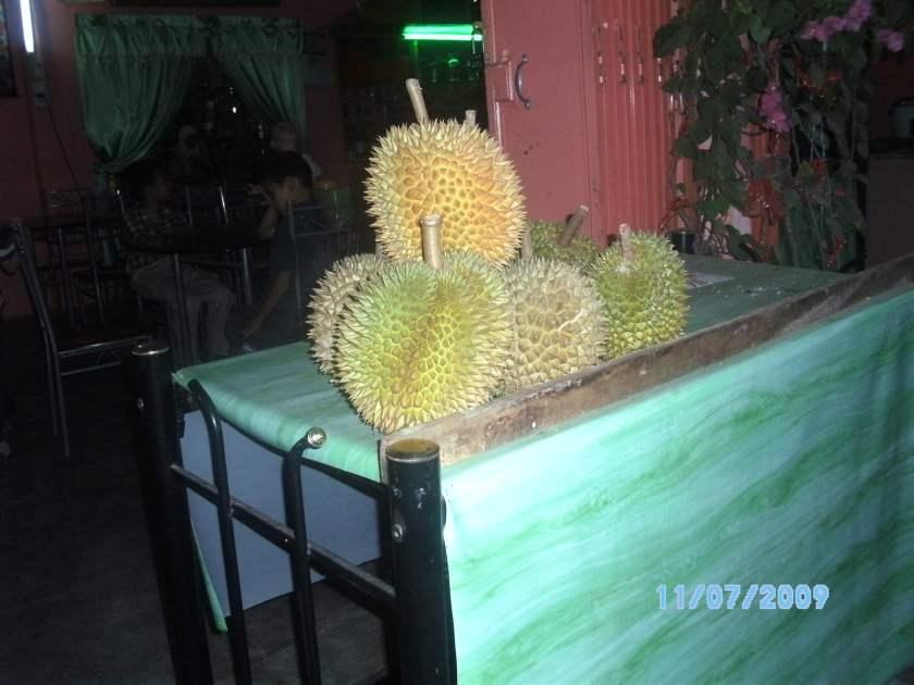 Durian di sebuah restoran.  Pulut durian pun dijual juga.  Nyam...nyam.