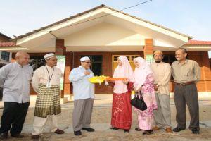 Madihah menerima replika kunci dari YB Ustaz Nik Amar
