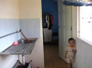 Sinki ringkas kerana ruang terhad.  Jika dapat diikat dengan bata, lebih baik.  Boleh bina ruang menyimpan di bawahnya.