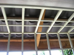 Grill bahagian atas.  Petak-petak besi berfungsi menghalang kain dari merapat antara satu sama lain bila angin bertiup.