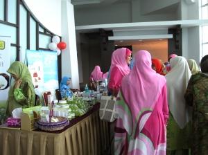 Ruang lobi Dewan Konvensyen tempat mendaftar masuk.  Staf PMBK berbaju dan bertudung pink menyambut tetamu.