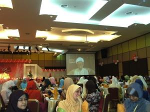 Tuan Guru Nik Aziz memberi ucapan perasmian secara maya.  Majlis ini tertutup untuk wanita sahaja.