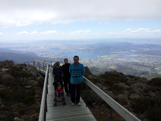Nun  jauh di bawah sana adalah bandar Hobart.